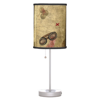 Mapa del pirata, monedas de oro y lámpara de mesilla de noche