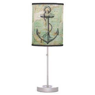 Mapa náutico antiguo con la lámpara de mesa del an