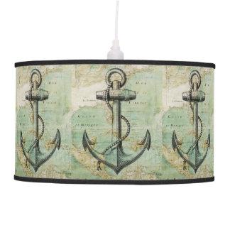 Mapa náutico antiguo con la lámpara pendiente del