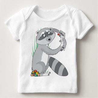 Mapache animal del alfabeto playera de bebé