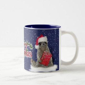 Mapache del bandido del navidad con el presente taza de dos tonos