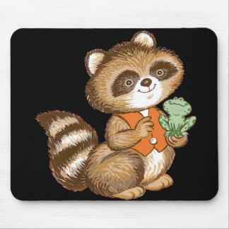 Mapache del bebé en chaleco anaranjado con la rana mousepad