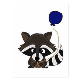 Mapache divertido que sostiene el globo tarjeta postal
