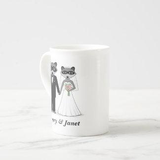 Mapaches que casan la novia y al novio con el text taza de porcelana