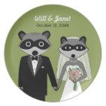 Mapaches que se casan - novia y novio con el texto plato de comida