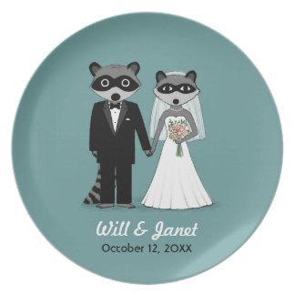Mapaches que se casan - novia y novio con el texto platos de comidas