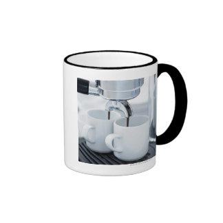 Máquina de café express que hace el café taza de café