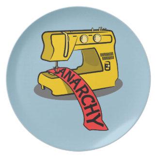 Máquina de coser amarilla de la anarquía platos