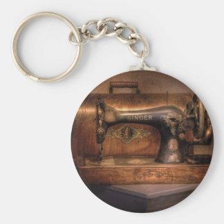 Máquina de coser - cantante llavero redondo tipo pin