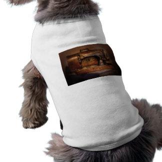 Máquina de coser - cantante camisa de perro