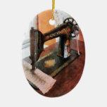 Máquina de coser cerca del visillo ornato