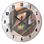 Máquina de coser cerca del visillo relojes de pared