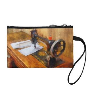 Máquina de coser con el hilo anaranjado
