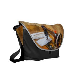 Máquina de coser con el hilo anaranjado bolsas de mensajeria