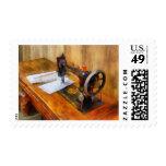 Máquina de coser con el hilo anaranjado sello