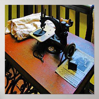 Máquina de coser con el paño póster