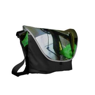 Máquina de coser con el paño verde bolsa de mensajería