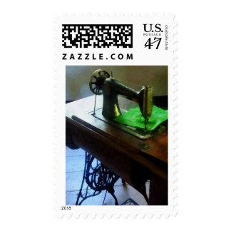Máquina de coser con el paño verde estampilla