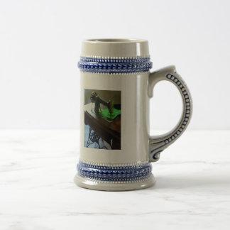 Máquina de coser con el paño verde jarra de cerveza