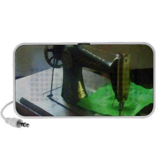 Máquina de coser con el paño verde PC altavoces