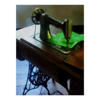 Máquina de coser con el paño verde póster