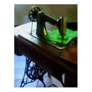 Máquina de coser con el paño verde tarjetas postales