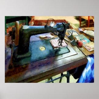 Máquina de coser con Sissors Póster