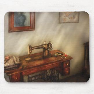 Máquina de coser - cosiendo en un cuarto acogedor alfombrilla de ratón