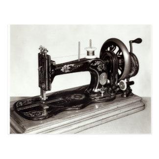 "Máquina de coser de la ""nueva familia"" del postal"