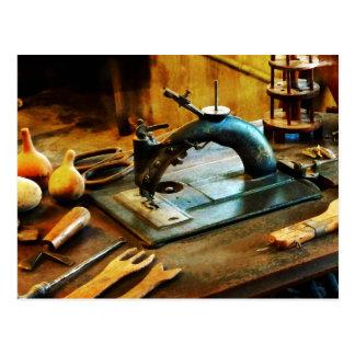 Máquina de coser pasada de moda tarjeta postal