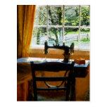 Máquina de coser por la ventana postales