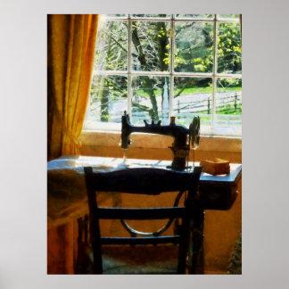 Máquina de coser por la ventana póster