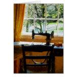 Máquina de coser por la ventana tarjeta
