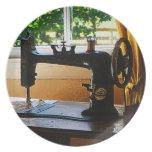 Máquina de coser y lámpara plato de comida