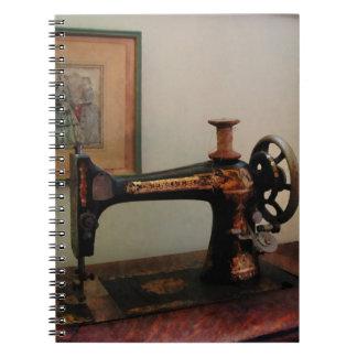 Máquina de coser y litografía libreta
