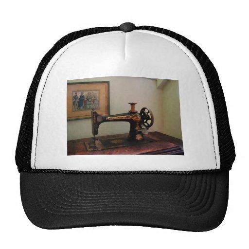 Máquina de coser y litografía gorras