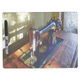Máquina de coser y sombra del vintage pizarra