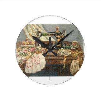 Máquina de coser y vestido reloj redondo mediano