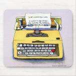 Máquina de escribir amarilla peculiar tapetes de ratón