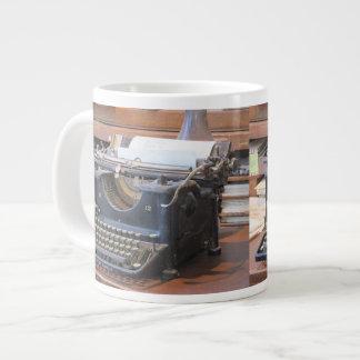Máquina de escribir antigua taza de café grande