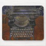 Máquina de escribir vieja en la tabla de Brown Tapetes De Ratones