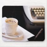 Máquina de escribir y una taza de café tapete de raton