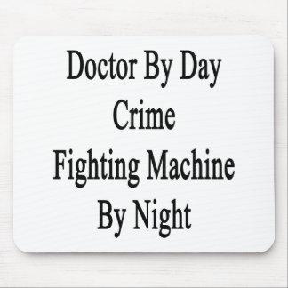 Máquina del doctor By Day Crime Fighting por noche Tapetes De Ratón