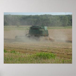 Máquina segadora en campo de trigo posters