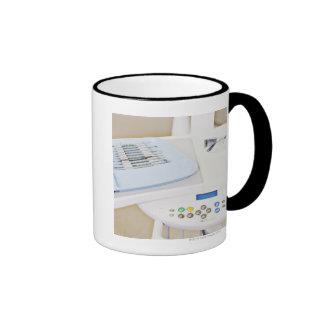 Maquinaria del dentista, gafas de seguridad e inst taza de café