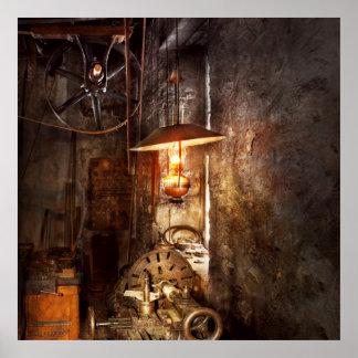 Maquinista - torno - la esquina de un taller viejo posters