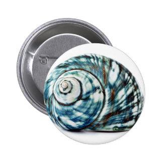 Mar azul Shell en el fondo blanco Pin Redondo De 2 Pulgadas
