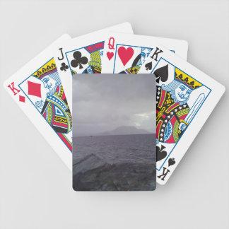 Mar con la montaña en el fondo baraja cartas de poker