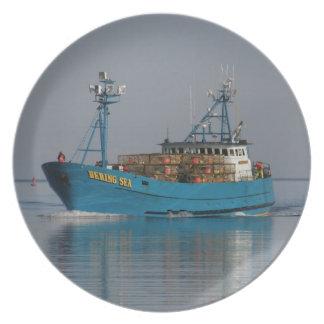 Mar de Bering, barco de pesca del cangrejo en el p Plato De Comida