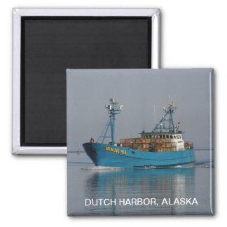 Mar de Bering, barco del cangrejo en el puerto hol Imán Cuadrado
